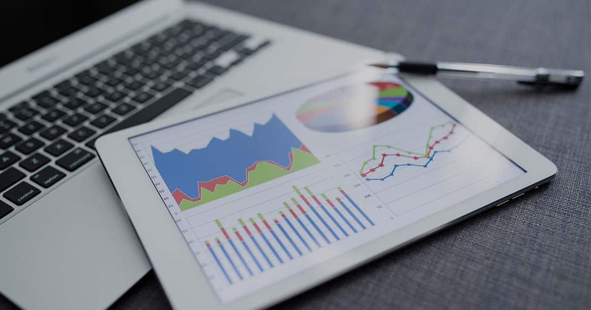 ACCES21 Fonds de dotation photo d'une tablette avec des graphiques posée sur un ordinateur portable