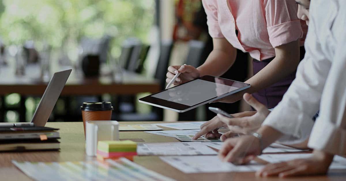ACCES21 Quelles sont les aides financières pour une entreprise ? Fonds de dotation photo d'une femme présentant des informations sur une tablette