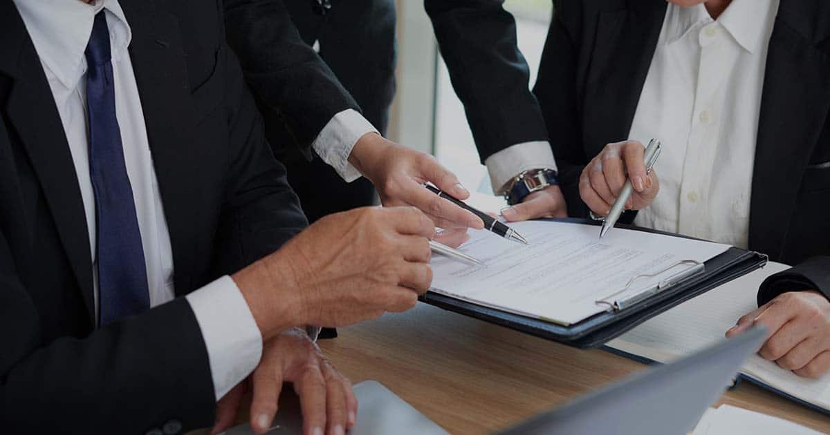 ACCES21 Fonds de dotation photo d'une femme présentant des informations sur papier avec un stylo