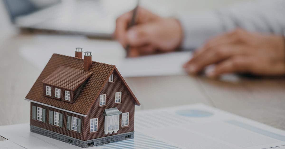 ACCES21 Fonds de dotation photo d'une maison miniature sur un bureau